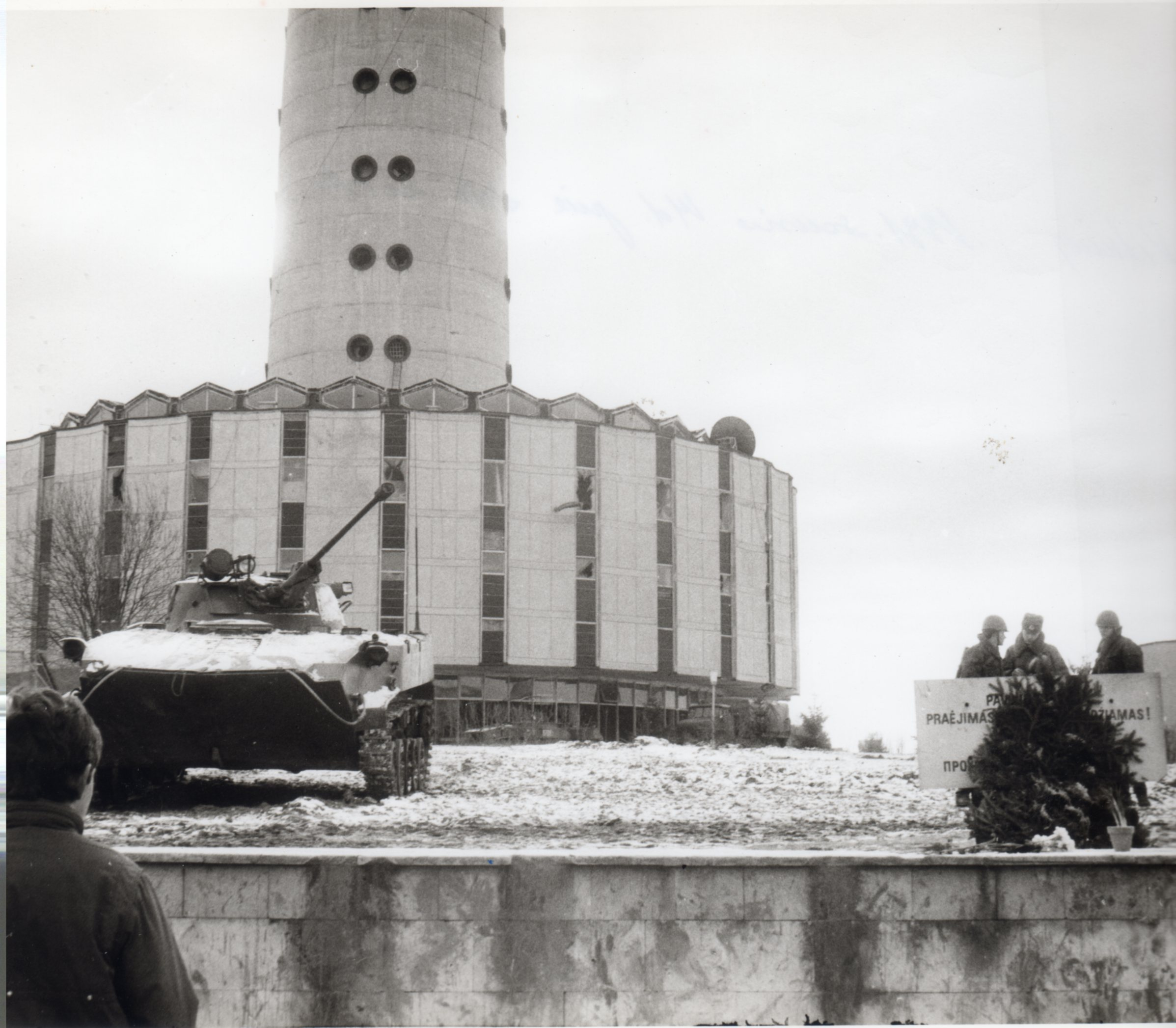 Soviet troops guarding the TV Tower. (photo: R.Jurgaitis)